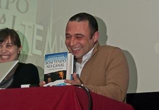 """Pedro Almeida Maia no Teatro Ribeiragrandense, Ribeira Grande, Açores. Apresentação da 2ª edição de """"Bom Tempo no Canal""""."""